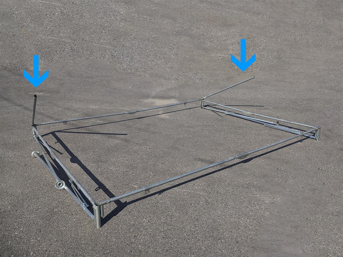 1.5間×2間パイプテント 片側の合掌を差し込んだ状態